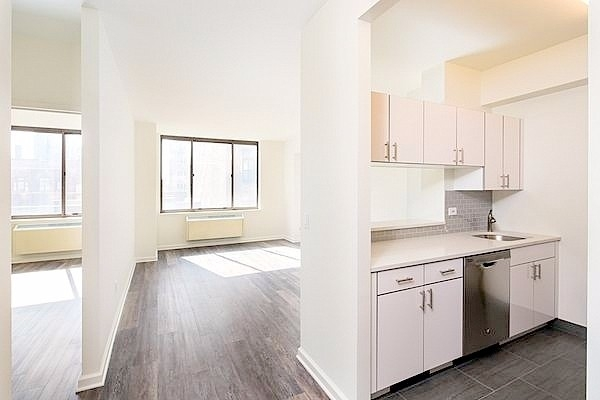1 Bedroom, Hell's Kitchen Rental in NYC for $3,880 - Photo 2