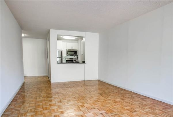 2 Bedrooms, Hell's Kitchen Rental in NYC for $5,617 - Photo 2