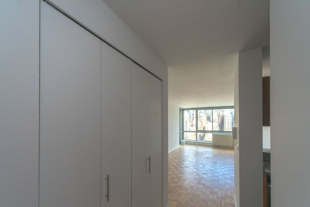 2 Bedrooms, Hell's Kitchen Rental in NYC for $5,580 - Photo 2
