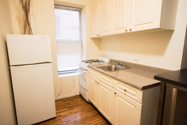 3 Bedrooms, Lincoln Square Rental in NYC for $3,200 - Photo 2