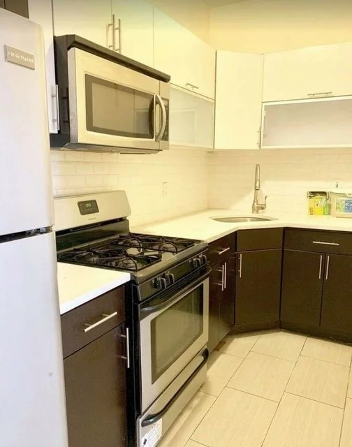 3 Bedrooms, Borough Park Rental in NYC for $2,475 - Photo 2