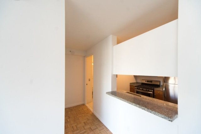 2 Bedrooms, Hell's Kitchen Rental in NYC for $5,117 - Photo 2