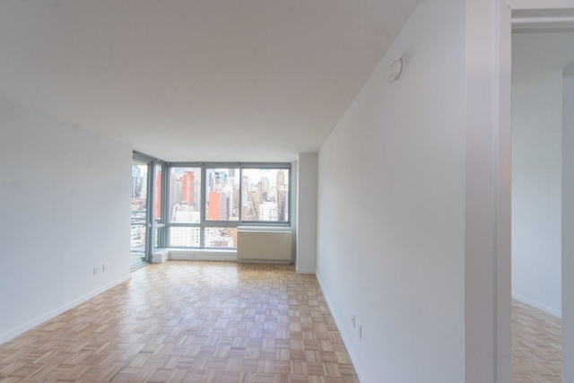 2 Bedrooms, Hell's Kitchen Rental in NYC for $5,117 - Photo 1
