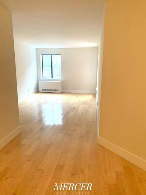 2 Bedrooms, Hell's Kitchen Rental in NYC for $5,475 - Photo 2