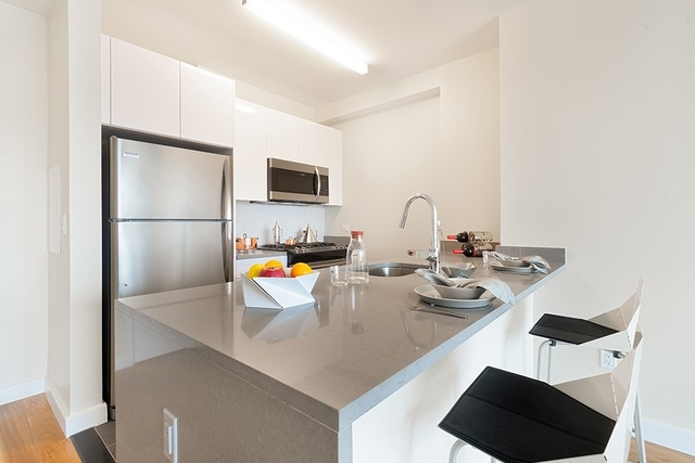 2 Bedrooms, Hell's Kitchen Rental in NYC for $5,833 - Photo 2