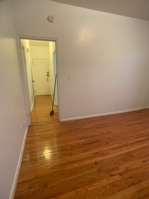 3 Bedrooms, Long Island City Rental in NYC for $2,600 - Photo 2