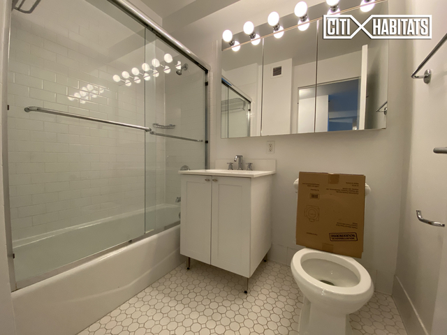 3 Bedrooms, Financial District Rental in NYC for $5,935 - Photo 2