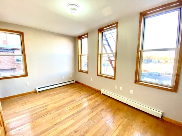 3 Bedrooms, Astoria Rental in NYC for $2,795 - Photo 2