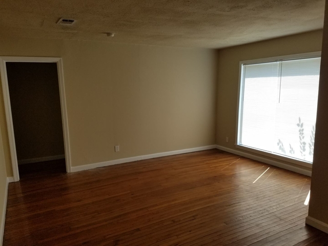 3 Bedrooms, University Court Rental in Dallas for $1,250 - Photo 2