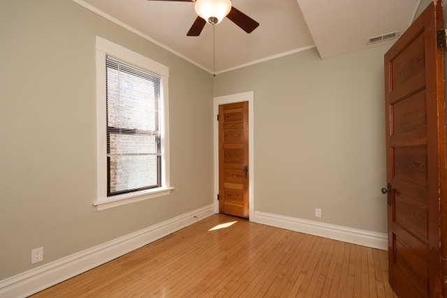 3 Bedrooms, Roscoe Village Rental in Chicago, IL for $2,100 - Photo 2