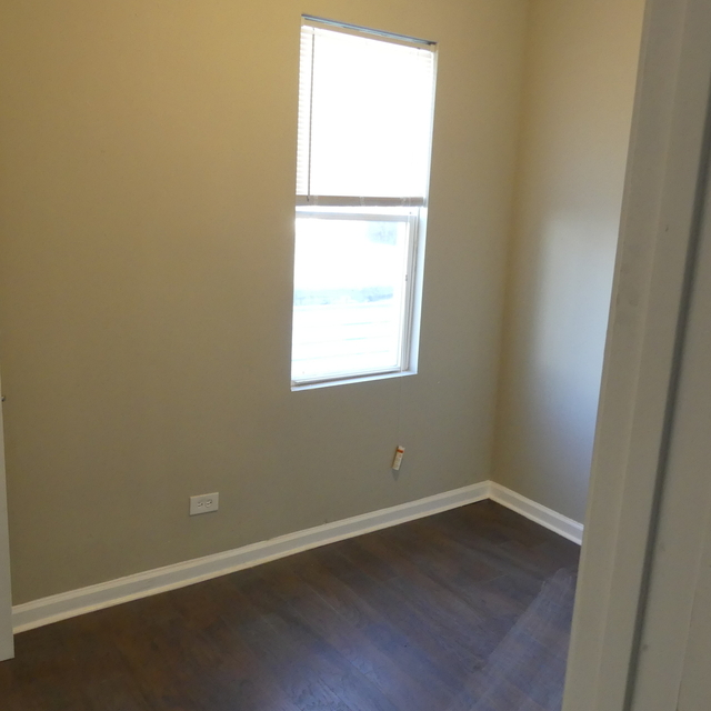 2 Bedrooms, South Chicago Rental in Chicago, IL for $850 - Photo 2