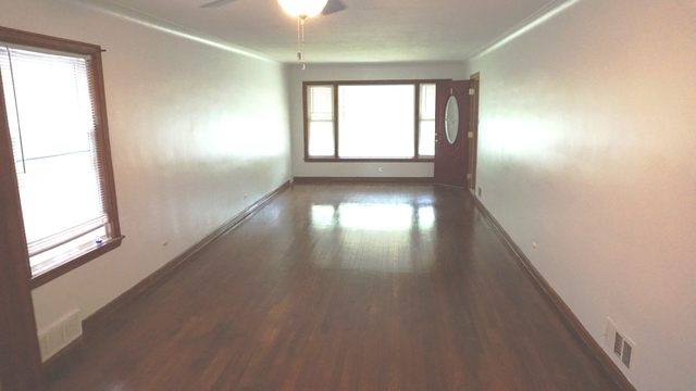 3 Bedrooms, South Chicago Rental in Chicago, IL for $1,200 - Photo 2