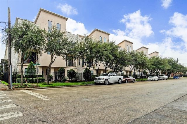 3 Bedrooms, Downtown Houston Rental in Houston for $2,395 - Photo 2