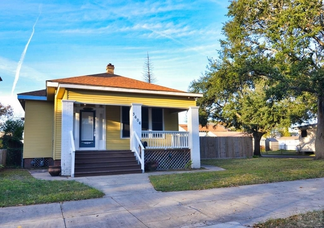 3 Bedrooms, University of Texas Medical Branch Rental in Houston for $2,000 - Photo 2