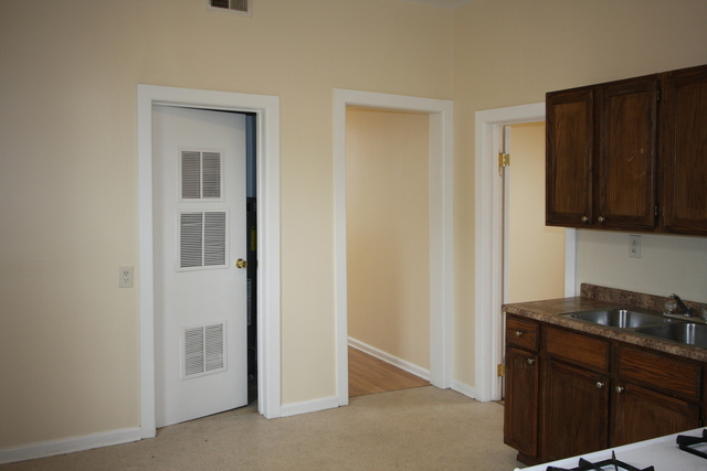 2 Bedrooms, South Chicago Rental in Chicago, IL for $775 - Photo 2