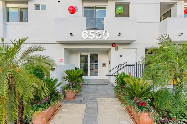 2 Bedrooms, Van Nuys Rental in Los Angeles, CA for $2,545 - Photo 2
