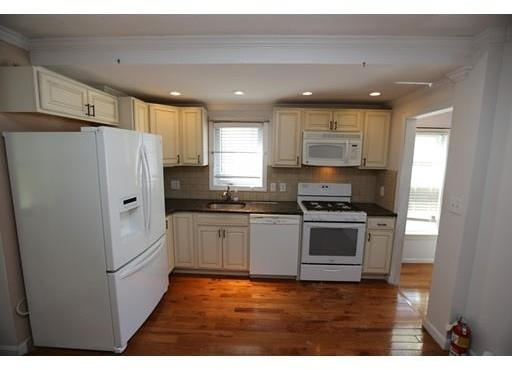 4 Bedrooms, Newtonville Rental in Boston, MA for $2,500 - Photo 2