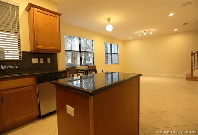 3 Bedrooms, Sawgrass Lakes Rental in Miami, FL for $2,650 - Photo 2
