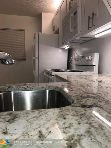 2 Bedrooms, Forest Hills Rental in Miami, FL for $1,350 - Photo 2