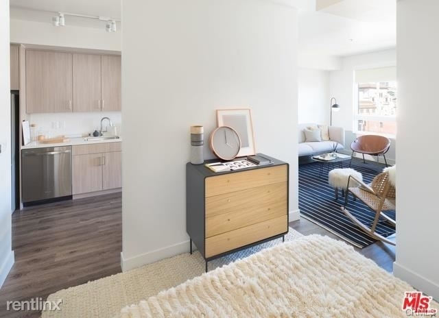 2 Bedrooms, Fashion District Rental in Los Angeles, CA for $3,860 - Photo 2