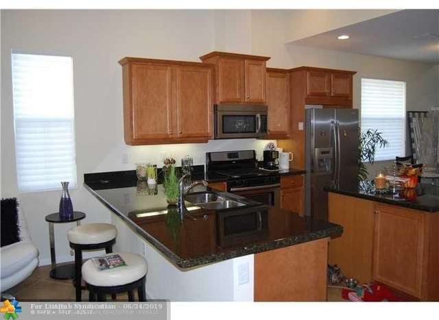 3 Bedrooms, Sawgrass Lakes Rental in Miami, FL for $2,450 - Photo 2