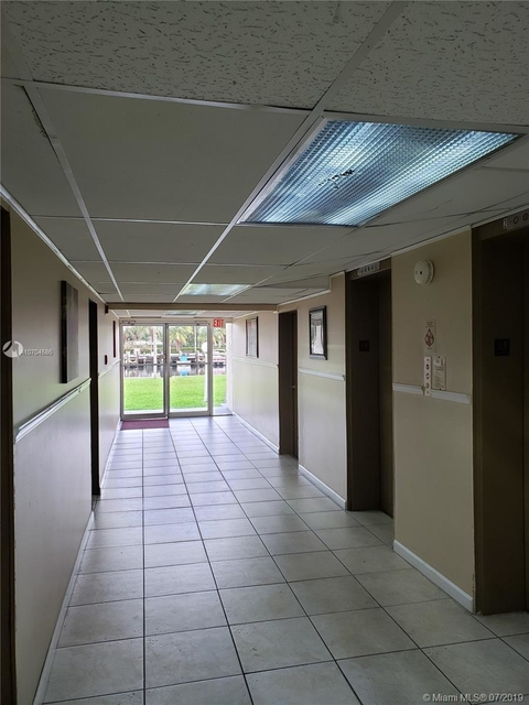 2 Bedrooms, Hallandale Beach Rental in Miami, FL for $1,575 - Photo 2