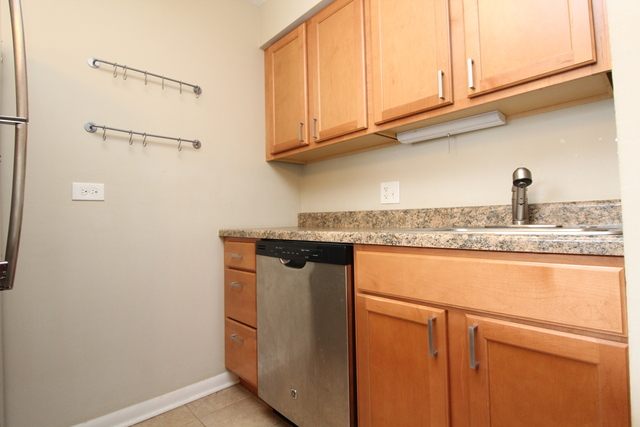 3 Bedrooms, Wrightwood Rental in Chicago, IL for $2,775 - Photo 2