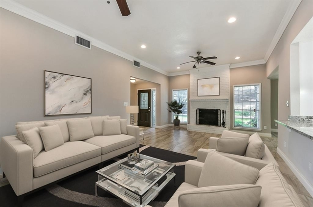 4 Bedrooms, Brook Forest Rental in Houston for $1,950 - Photo 2
