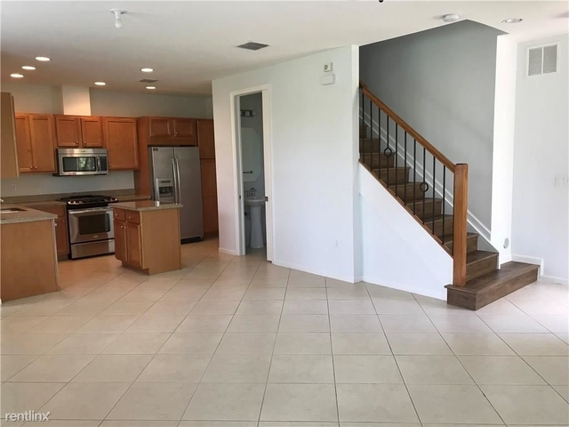 4 Bedrooms, Sawgrass Lakes Rental in Miami, FL for $2,800 - Photo 2