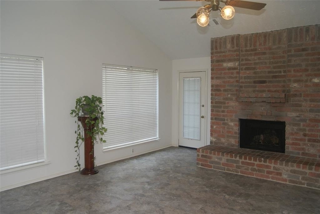3 Bedrooms, The Highlands Rental in Houston for $1,700 - Photo 2