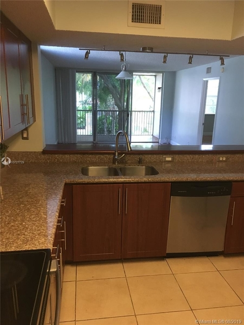 2 Bedrooms, Forest Hills Rental in Miami, FL for $1,400 - Photo 2