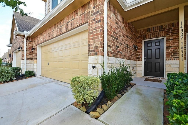 3 Bedrooms, Enclave at Briargreen Townhome Rental in Houston for $1,800 - Photo 2
