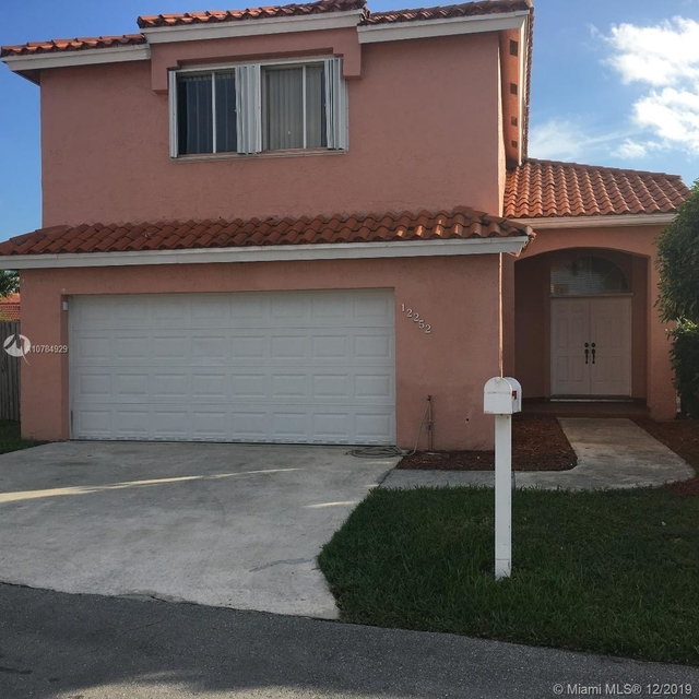 4 Bedrooms, Les Chalets at International Gardens Rental in Miami, FL for $2,600 - Photo 1