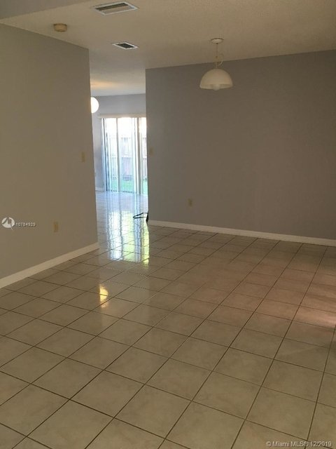 4 Bedrooms, Les Chalets at International Gardens Rental in Miami, FL for $2,600 - Photo 2