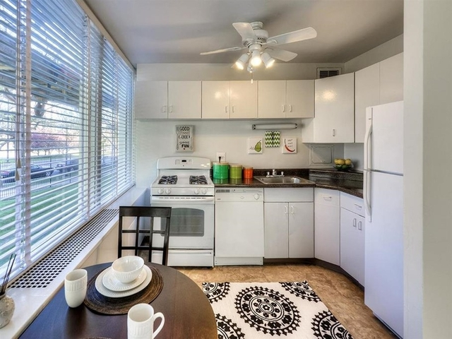 3 Bedrooms, Prairie Shores Rental in Chicago, IL for $1,884 - Photo 2