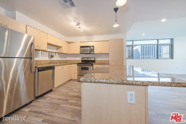 2 Bedrooms, Financial District Rental in Los Angeles, CA for $2,800 - Photo 1