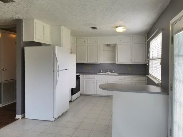 3 Bedrooms, Tomball Rental in Houston for $1,600 - Photo 2