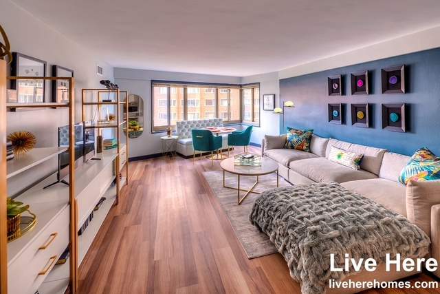 2 Bedrooms, Gold Coast Rental in Chicago, IL for $2,907 - Photo 1