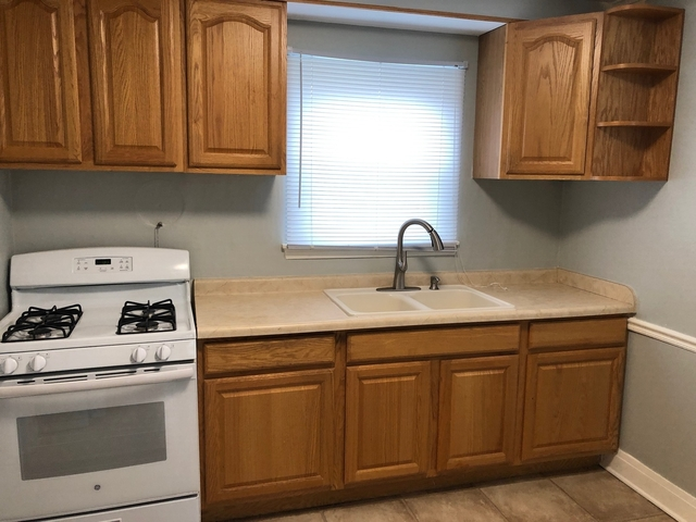 3 Bedrooms, Calumet Park Rental in Chicago, IL for $1,350 - Photo 2