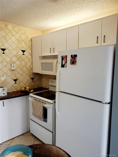 2 Bedrooms, Forest Hills Rental in Miami, FL for $1,390 - Photo 2