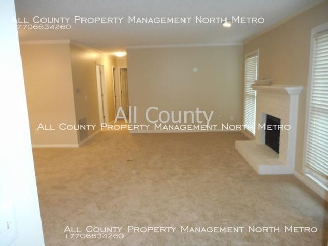 2 Bedrooms, The Oaks of Dunwoody Condominiums Rental in Atlanta, GA for $1,600 - Photo 2
