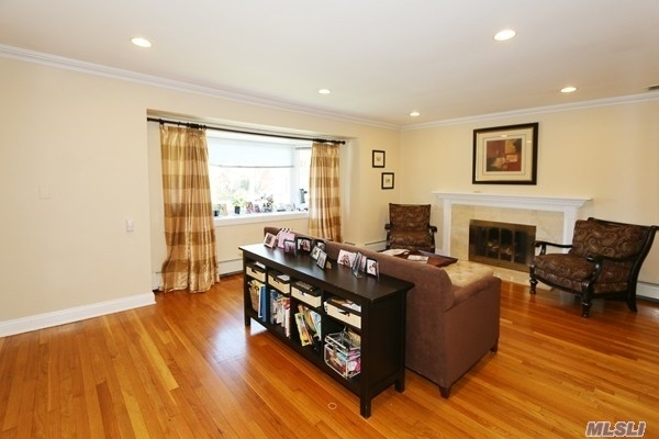 4 Bedrooms, Roslyn Heights Rental in Long Island, NY for $6,250 - Photo 2