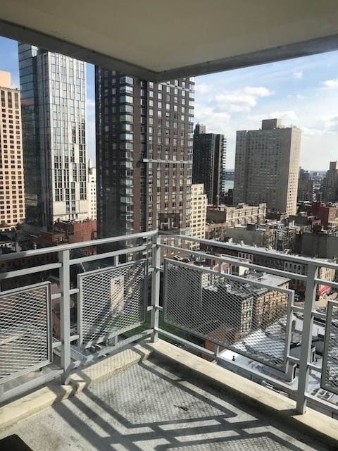 3 Bedrooms, Yorkville Rental in NYC for $6,492 - Photo 2