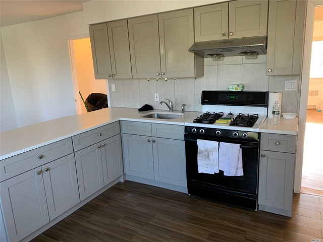 3 Bedrooms, Manhasset Rental in Long Island, NY for $3,600 - Photo 2