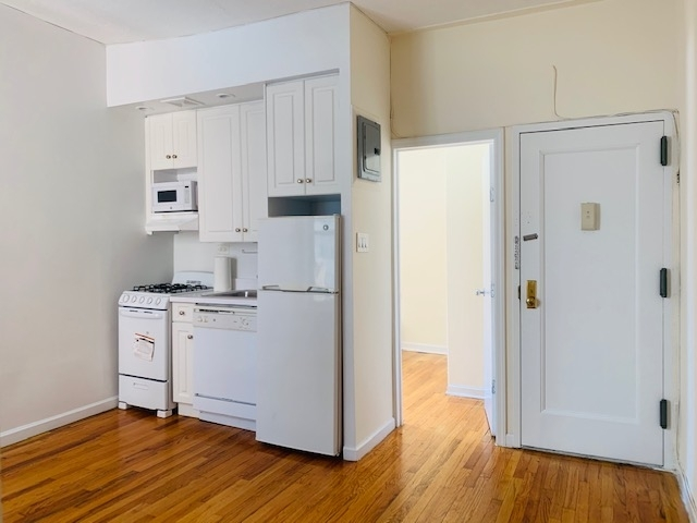 2 Bedrooms, Carnegie Hill Rental in NYC for $2,895 - Photo 2