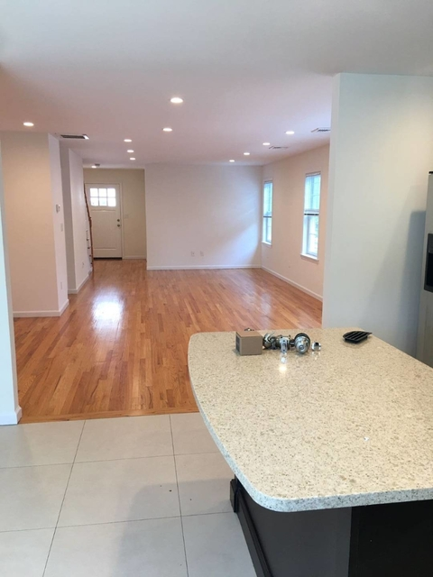 3 Bedrooms, Manorhaven Rental in Long Island, NY for $3,900 - Photo 2