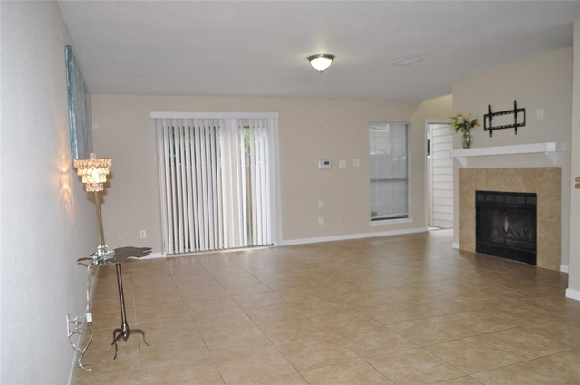 2 Bedrooms, Autumn Chase Townhome Rental in Houston for $1,450 - Photo 2