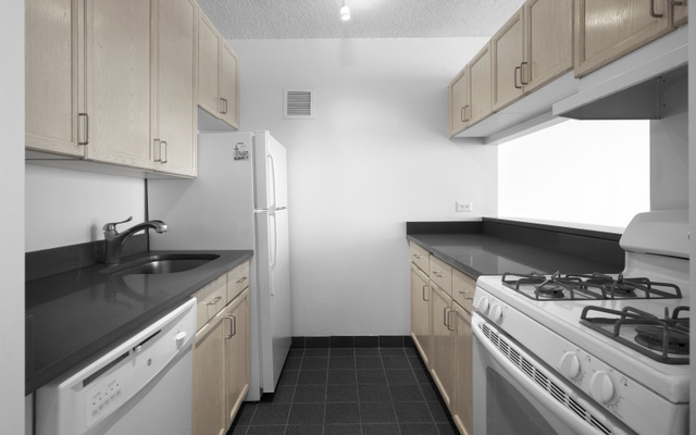 Studio, Lincoln Square Rental in NYC for $2,195 - Photo 2