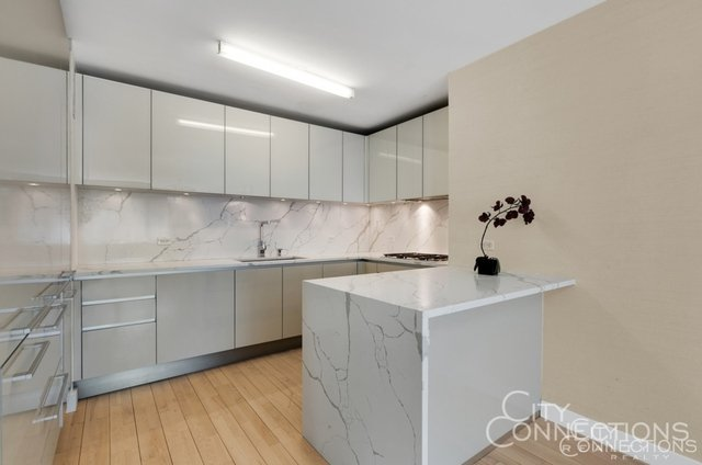 2 Bedrooms, Hell's Kitchen Rental in NYC for $6,900 - Photo 2