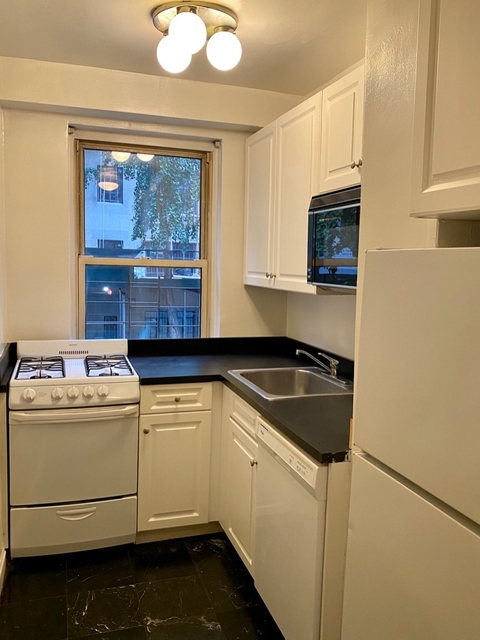 2 Bedrooms, Tudor City Rental in NYC for $3,990 - Photo 2